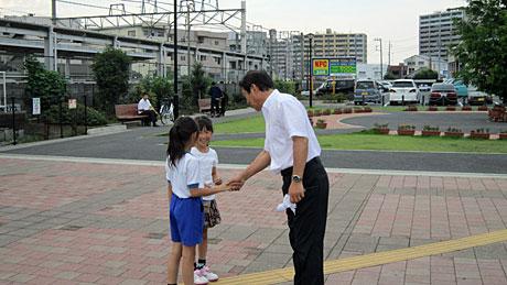 2014_06_23_駅頭子供に握手